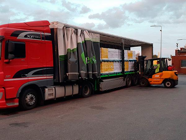 BACO Logistic - Duesseldorf - Kontraktlogistik - Lager - Transport - Service -Gabelstaplerfahren lädt Ware auf roten Lkw