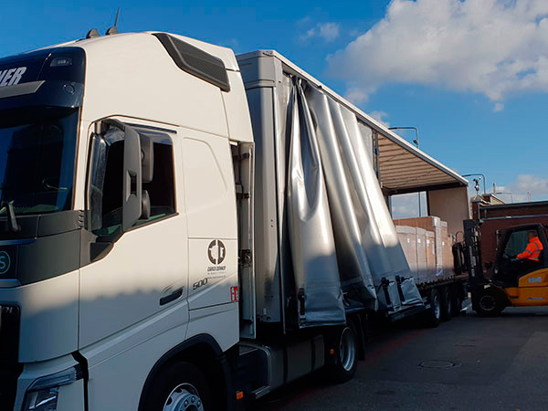 BACO Logistic - Duesseldorf - Kontraktlogistik - Lager - Transport - Service - Gabelstaplerfahren lädt Ware auf weissen Lkw