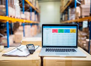 BACO Logistic - Duesseldorf - Kontraktlogistik - Lager - Transport - Service - Laptop und Barcodesanner auf Tisch im Warenlager