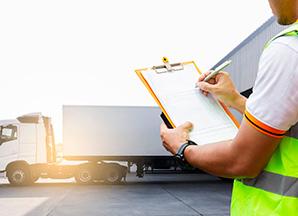 BACO Logistic - Duesseldorf - Kontraktlogistik - Lager - Transport - Service - Mitarbeiter hält Klemmbrett vor Lkw