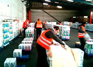 BACO Logistic - Duesseldorf - Kontraktlogistik - Lager - Transport - Service - Mitarbeiter kommissionieren Ware in Halle
